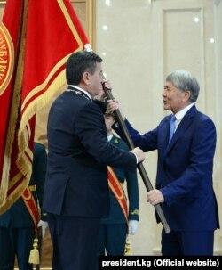 Президент Кыргызстана Сооронбай Жээнбеков (слева) на инаугурации с бывшим президентом страны Алмазбеком Атамбаевым. Бишкек, 24 ноября 2017 года.