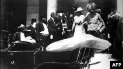 Franc Ferdinand i Sofija izlaze iz Vijećnice neposredno pre atentata 28. juna 1914.