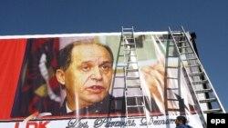 Priština -- Gigantski poster Demokratske lige za Kosovo