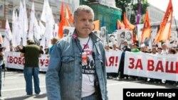 Виктор Захаров на оппозиционном шествии, фото Елены Ростуновой
