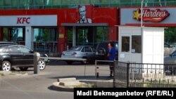Одно из кафе международной сети KFC. Алматы, 20 сентября 2012 года.