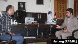 (راست) وفی الله افتخار در حال مصاحبه با سید فتح محمد بها خبرنگار رادیو آزادی
