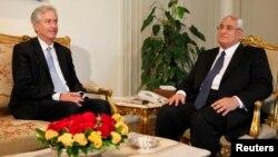 الرئيس المصري المؤقت عدلي منصور مستقبلاً نائب وزير الخارجية الأميركية وليم بيرنز