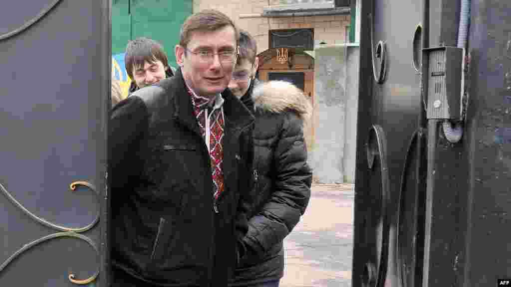 Колишнього міністра внутрішніх справ України Юрія Луценка, помилуваного указом президента, звільнено з Менської виправної колонії, 7 квітня