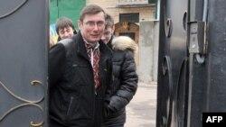 Former Ukrainian Interior Minister Yuriy Lutsenko leaves prison on April 7.