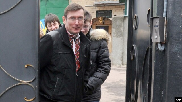 Former Ukrainian Interior Minister Yuriy Lutsenko leaves prison on April 7.