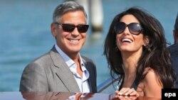 На снимке Джордж Клуни и его невеста Амаль Аламуддин в Венеции, 26 сентября 2014 года