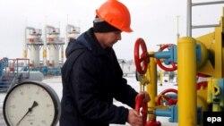Рабочий заворачивает вентиль на газокомпрессорной станции Бобровницкая, Украина