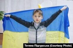 Син Арсеній із прапором, подарованим від 72 бригади