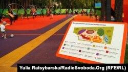 У першому в Україні інклюзивному дитячому парку, який відкрили в Дніпрі, діти з особливими потребами зможуть покататися на гойдалках і побавитися на безпечних атракціонах