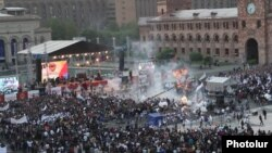 Armenia - Gas-baloons blow up during Republican party's pre-eleciton rally in Yerevan's Republic square, Yerevan, 04May2012