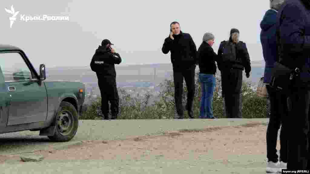 Місцевість на підступах до території військової частини, де перебували українські катери, перекрита, чергують російські поліцейські і люди в цивільному
