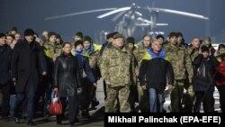 Петр Порошенко и освобожденные военнопленные прибыли в Харьков