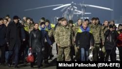 Президент Украины Петр Порошенко (в центре) встречает освобожденных из плена. 27 декабря 2017 года.