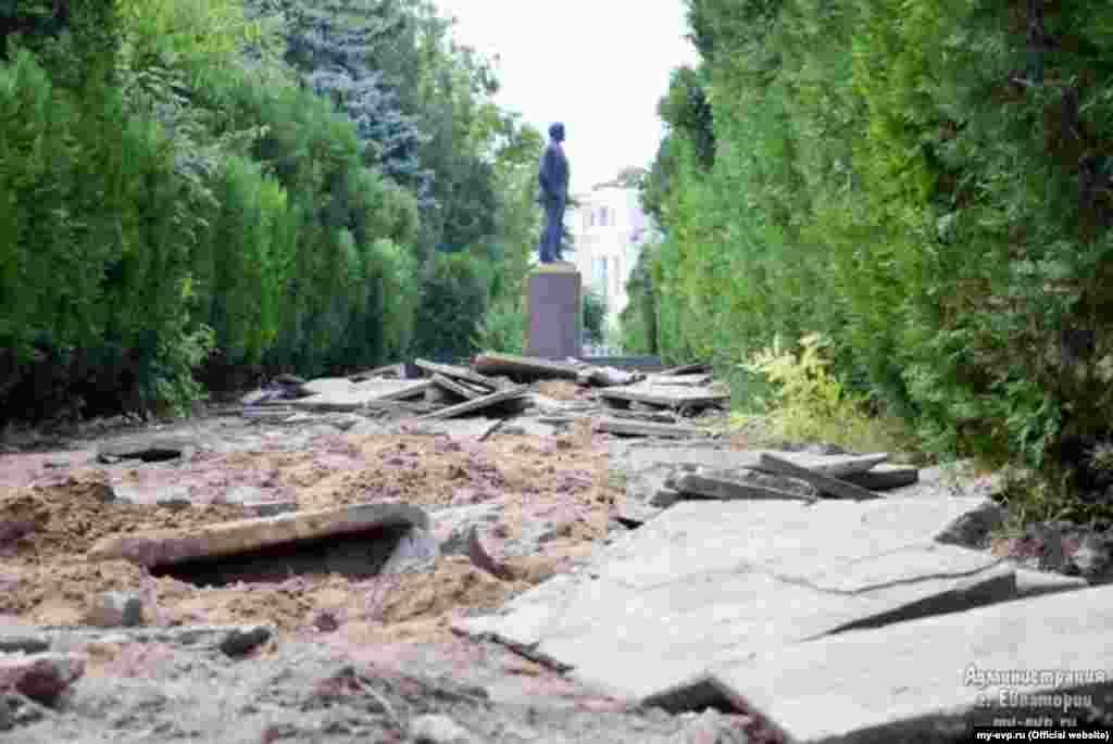 У Євпаторії відбуваються роботи з благоустрою скверу імені Леніна, 7 жовтня 2016 року