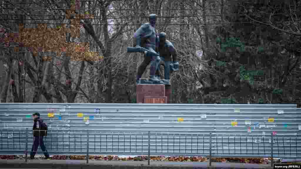 Памятник Партизанам и подпольщикам со стороны улицы Киевская огражден строительным забором