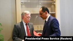 John Bolton türkiyəli həmkarı Ibrahim Kalin (sağda) ilə Ankarada görüşür