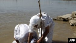 شعائر تعميد في نهر دجلة لطائفة الصابئة المندائيين