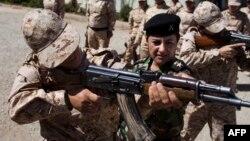 """Новобранцев курдских отрядов """"пешмерга"""" обучают обращению с АК-47. Сулеймания, 10 сентября 2014 года."""