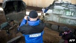 Міжнародны назіральнік здымае ў Сьнежным у сакавіку 2015 году