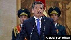 Сооронбай Жээнбеков на церемонии инаугурации. Бишкек, 24 ноября 2017 года.