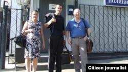 Мирсобир Хамидкариев (в центре) с супругой Элеонорой Исаевой и адвокатом Илларионом Васильевым при выходе из отделения полиции. Москва, март 2013 года.