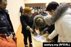 Жители села Березовка в Западно-Казахстанской области ставят подписи под обращением к президенту страны с просьбой переселить их.