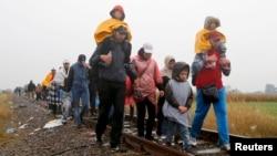 پناهجویان در مجارستان تلاش میکنند که با پای پیاده، اتوبوس یا قطار خود را به دیگر کشورهای اروپایی بویژه آلمان برسانند.