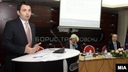Јавна презентација на министерството за транспорт и врски за потреба за усогласување на законот во областа на медиумите.