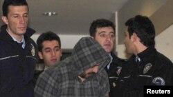 Полиция сопровождает человека, пытавшегося угнать турецкий самолет