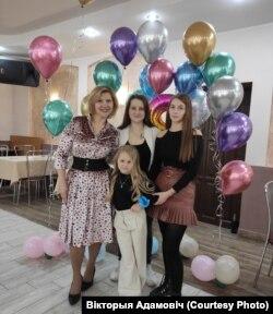 Вікторыя Адамовіч з дочкамі (фота зь сямейнага архіву)