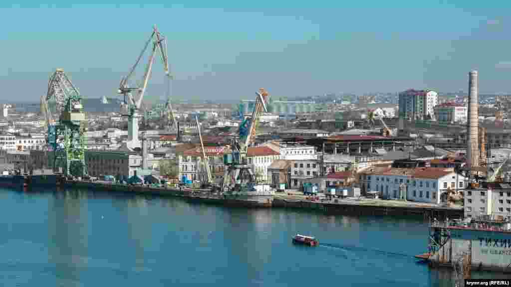 Краєвид на Севастопольський морський завод зі скверу на вулиці Леніна