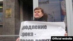 Лидер партии «Яблоко» Сергей Митрохин на митинге в ноябре 2008 года возле Госдумы