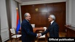 Президент Армении Армен Саркисян (слева) и член фракции АРФД Спартак Сейранян, Ереван, 10 октября 2018 г.