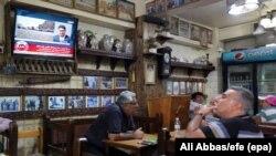 Irakieni într-o cafenea din Bagdad, urmărind mersul referendumului