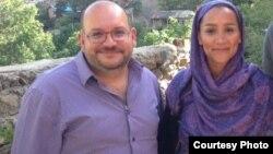 جیسون رضائیان (نفر اول از چپ) همراه با همسرش یگانه صالحی