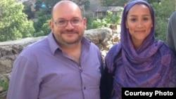 جیسون رضائیان (نفر اول از چپ) خبرنگار واشینگتن پست و همسرش، یگانه صالحی، در میان بازداشت شدگان هستند. (عکس: توئیتر جیسون رضائیان)
