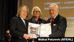 Gradonačelnik Alija Behmen prima nagradu u ime građana Sarajeva, 6. april 2012.