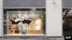 امسال حدود صد فروشگاه در برلین به مناسبت «شب بلورین» برچسبی به شکل شیشه شکسته را بر روی پنجره فروشگاههای خود میچسبانند.