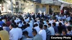Сухумская мечеть сегодня была переполнена прихожанами, пришедшими принять участие в праздничной молитве. Фото: apsnypress.info