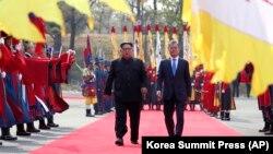 Встреча главы КНДР Ким Чен Ына и президента Республики Корея Мун Чжэ Ина
