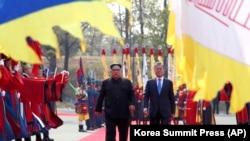 Встреча главы Северной Кореи Ким Чен Ына и президента Южной Кореи Мун Чжэ Ина. Пханмунджом, 27 апреля 2018 года.