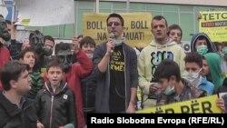 Архивска фотографија - Протест против загадувањето на воздухот во Тетово. Аријанит Џафери од Еко Герила.