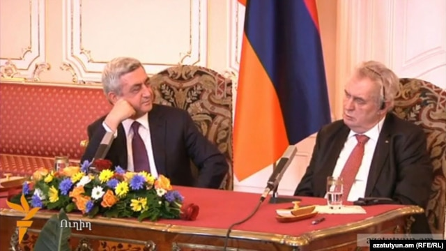 Armenian President Serzh Sarkisian (left) and Czech President Milos Zeman at their joint press conference in Prague on January 30.