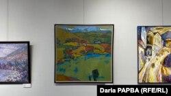 Руслан Габлия, картина «Осень. Игра красного на золотом» (в центре)