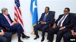 Мамкатчы Жон Керри Сомалинин президенти жана премьер-министри менен Могадишoдогу аэропортто жолукту.