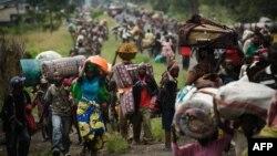 Миңдеген конголездиктер Конго Демократтык Республикасынын чыгышындагы согуштук аракеттерден улам Гума шаарынан 26 км. батыштагы Сейк шаарчасын таштап кетишүүдө. 22-ноябрь, 2012