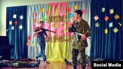 Донецкая школа №46, дети на сцене имитируют расстрел украинских военных