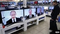 Трансляция выступления президента России Владимира Путина на экранах телевизоров в магазине электроники и бытовой техники. Иллюстративное фото.