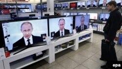 Орусия -- Телевизор саткан дүкөндө Путиндин кайрылуусу көрсөтүлүүдө. Москва, 3-декабрь, 2015.